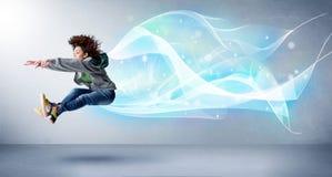 Netter Jugendlicher, der mit abstraktem blauem Schal um sie springt Stockfotos