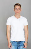 Netter Jugendlicher im weißen T-Shirt Stockfoto