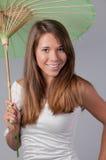 Netter Jugendlicher mit Sonnenschirm Lizenzfreie Stockfotografie