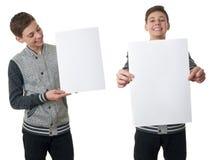 Netter Jugendlichjunge in der grauen Strickjacke über Weiß lokalisierte Hintergrund Stockbild