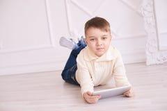 Netter Junge Abbildung auf weißem Hintergrund für Auslegung Training Heller Innenraum Stockfotografie