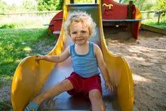 Netter Junge auf einem Plättchen Stockfoto
