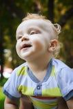 Netter Junge auf seinen Vater ` s Händen Lizenzfreie Stockbilder