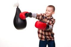 Netter Junge in den Verpackenhandschuhen Stockfotografie