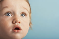 Netter Junge, der überrascht schaut Lizenzfreie Stockbilder