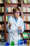 Netter Junge, der Biochemieforschung in der Chemie tut Lizenzfreie Stockfotografie