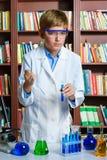Netter Junge, der Biochemieforschung in der Chemie tut Stockfoto