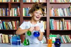 Netter Junge, der Biochemieforschung in der Chemie tut Stockfotografie