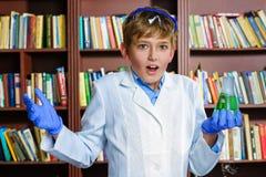 Netter Junge, der Biochemieforschung in der Chemie tut Stockfotos