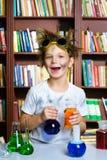 Netter Junge, der Biochemieforschung in der Chemie tut Lizenzfreie Stockfotos
