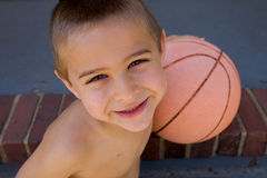 Netter Junge, der an der Kamera lächelt Stockfotos