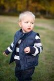 Netter Junge, der draußen spielt. Stockbilder