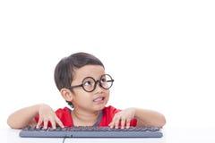 Netter Junge, der eine Tastatur verwendet Lizenzfreie Stockfotos