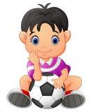 Netter Junge, der einen Fußball hält Stockfotografie