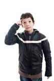 Netter Junge, der oben, mit der Hand als Zeichen des Habens schaut Lizenzfreies Stockbild