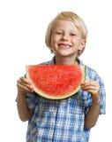 Netter Junge, der Scheibe der Wassermelone hält Lizenzfreie Stockbilder