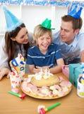 Netter Junge, der seinen Geburtstag feiert lizenzfreie stockfotografie