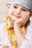 Netter Junge, der sich an Hand lehnt lizenzfreies stockbild