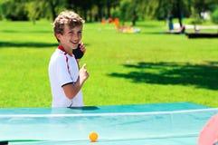 Netter Junge, der Tischtennis spielt Stockfotos