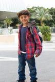 Netter Junge, der zur Schule mit Rucksack geht Lizenzfreies Stockfoto