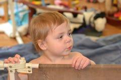 Netter Junge in einem Spielzimmer Lizenzfreie Stockfotografie