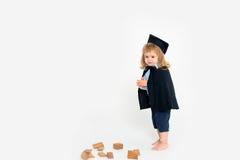 Netter Junge im akademischen Umhang lizenzfreie stockfotos