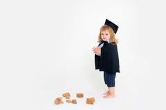 Netter Junge im akademischen Umhang lizenzfreie stockfotografie