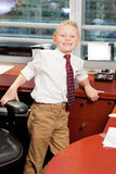 Netter Junge im Büro Stockfotos