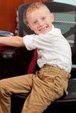 Netter Junge im Büro Stockfotografie