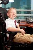 Netter Junge im Büro Lizenzfreie Stockfotos