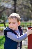 Netter Junge im Freien zu einer Frühlingszeit Lizenzfreie Stockfotos
