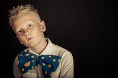 Netter Junge im Großen blauen bowtie mit Kopienraum Stockfotos
