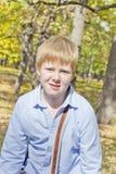 Netter Junge im Herbstpark Stockfoto