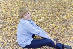Netter Junge im Herbstpark Stockbilder