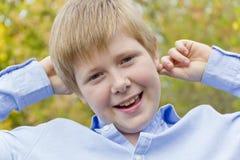 Netter Junge im Herbstpark Stockfotos