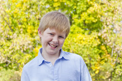 Netter Junge im Herbstpark Lizenzfreie Stockfotos