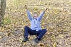 Netter Junge im Herbstpark Lizenzfreie Stockbilder