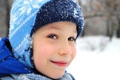 Netter Junge im Schneepark, Winterkonzept Lizenzfreie Stockfotos