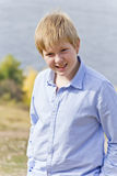 Netter Junge im Sonnenlicht Stockfoto