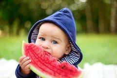 Netter Junge isst reife Wassermelone lizenzfreies stockfoto