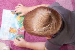 Netter Junge ist Lesebuch Stockfotografie
