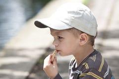 Netter Junge mit Brot Lizenzfreies Stockbild