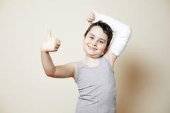 Netter Junge mit dem gebrochenen Arm Stockfoto