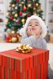 Netter Junge mit großem Weihnachtsgeschenk Stockfoto