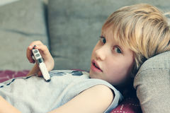 Netter Junge mit Handy Stockbilder