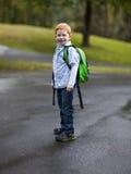 Netter Junge mit Rucksack Stockbilder