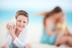 Netter Junge mit Seashell lizenzfreie stockfotografie