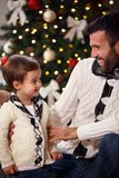 Netter Junge mit Vati zu Hause für Weihnachten Lizenzfreies Stockfoto