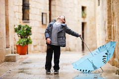 Netter Junge am regnerischen Tag Stockbild