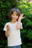 Netter Junge, sein Gesicht und Hände in der Farbe Stockbilder